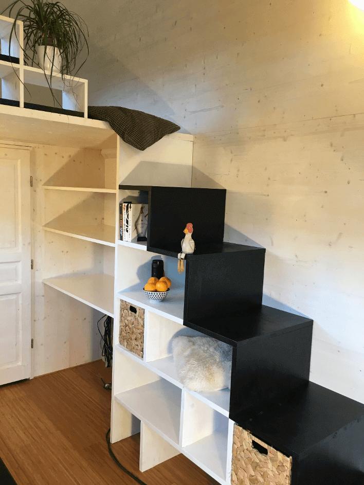escalier de tiny house noir et blanc avec rangements intégrés