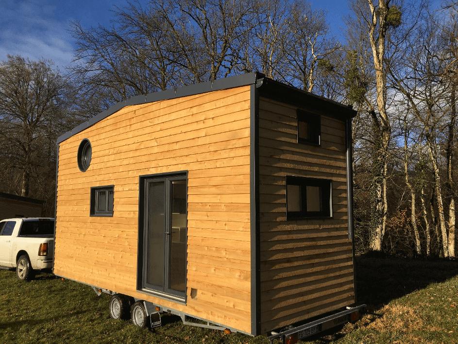 tiny house tractée par un 4x4 en savoie dans la forêt
