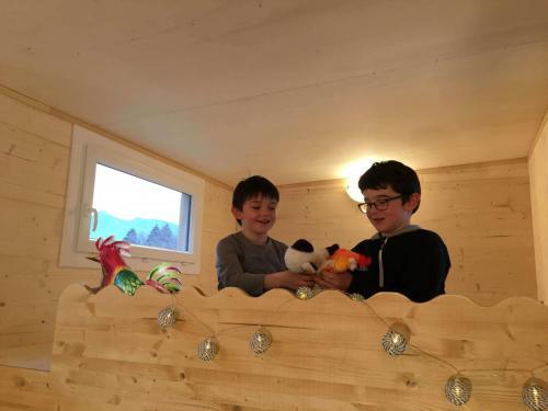 Mezzanine enfant. Hauteur sous plafond (minimum 1.15 m), lit de 90, coin jeu…