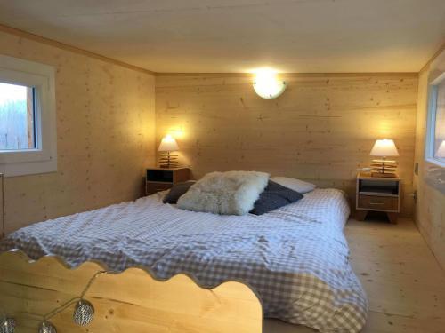 Mezzanine parentale cosy ! Hauteur sous plafond confortable (minimum 1.15 cm), lit de 140 ou 160 possible, tables de chevet…