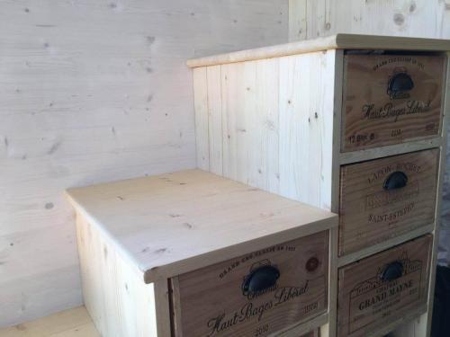 Récupération de quelques belles caisses à vins pour un escalier optimisé…